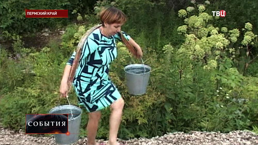 Жительница Пермского края с каромыслом