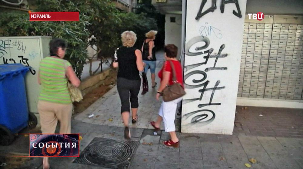 Жители Израиля бегут от бомбежки