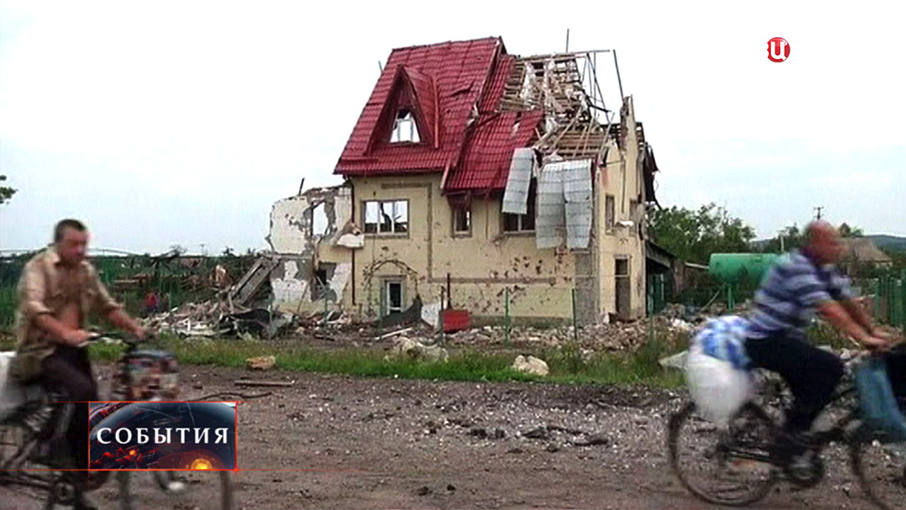 Последствия обстрела жилых районов на востоке Украины