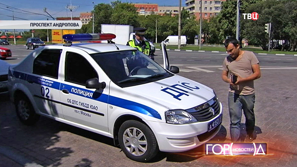 Инспектор ДПС выписывает штраф водителю