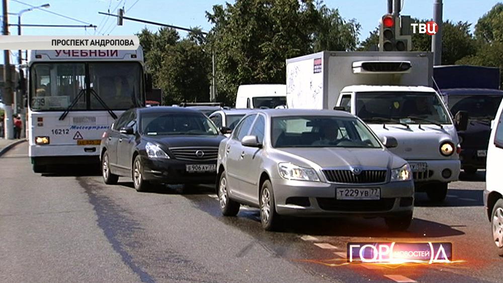 Машины на выделенной полосе для общественного транспорта