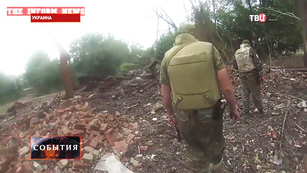 Украинские военные на месте боя