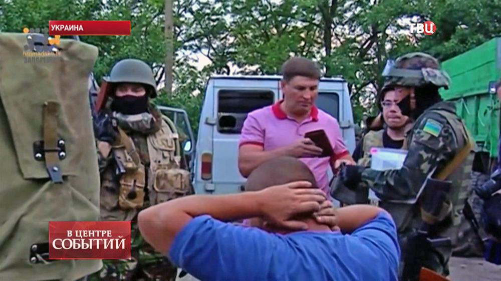 Украинские военные проверяют задержанного жителя юго-востока Украины