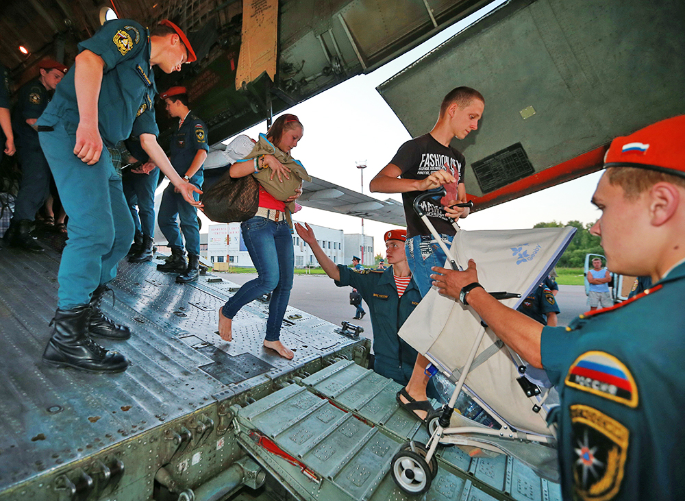 Беженцев с Украины доставили бортом МЧС