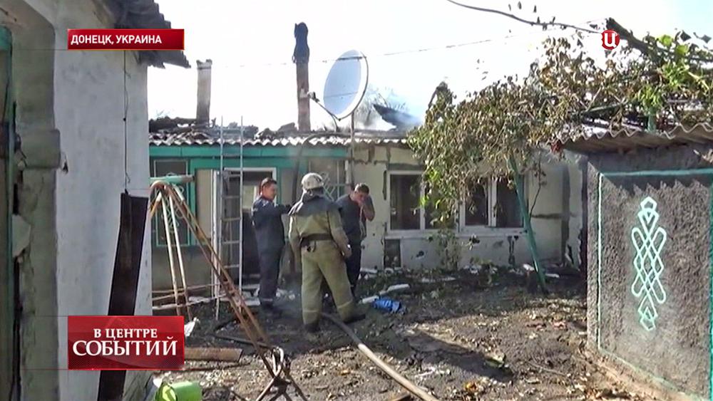 Пожарные на месте артобстрела Донецка