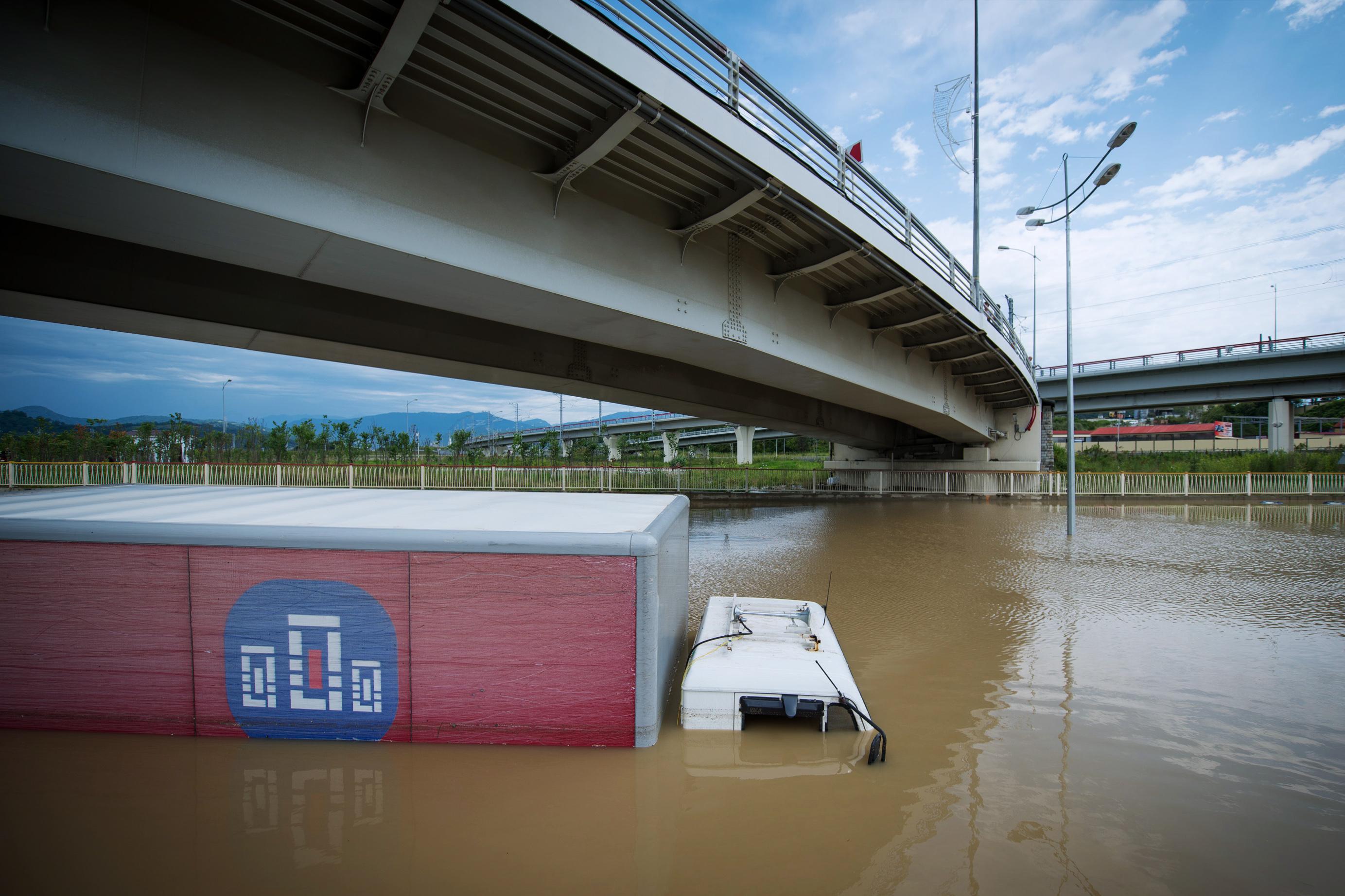 Автомобиль на подтопленном участке федеральной трассы