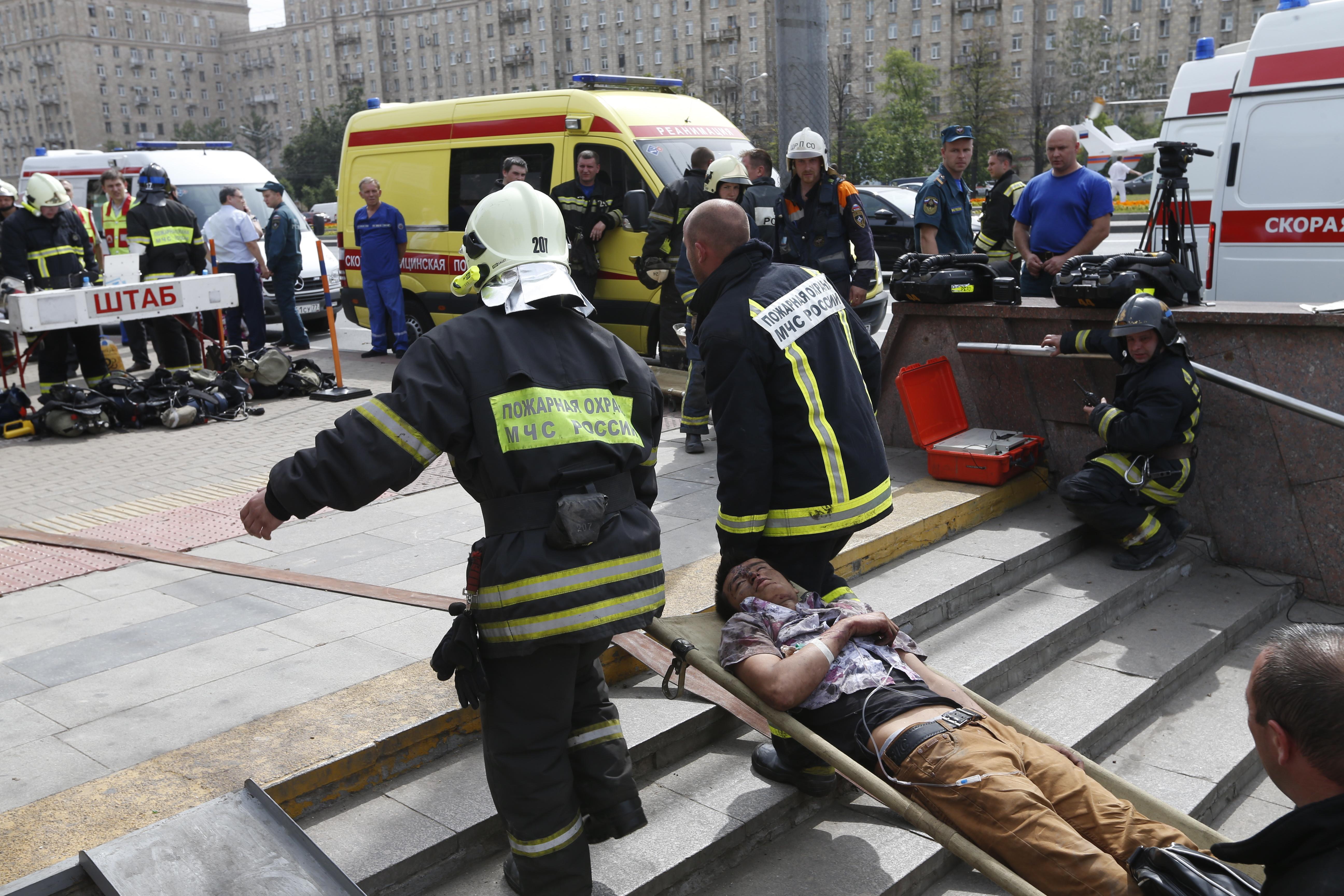 Эвакуация пострадавших в результате аварии в метро