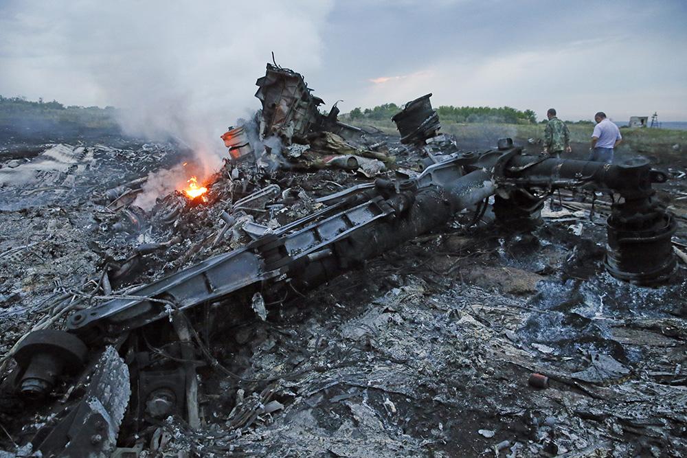 """На месте падения пассажирского самолета """"Малайзийских авиалиний"""" Boeing 777"""