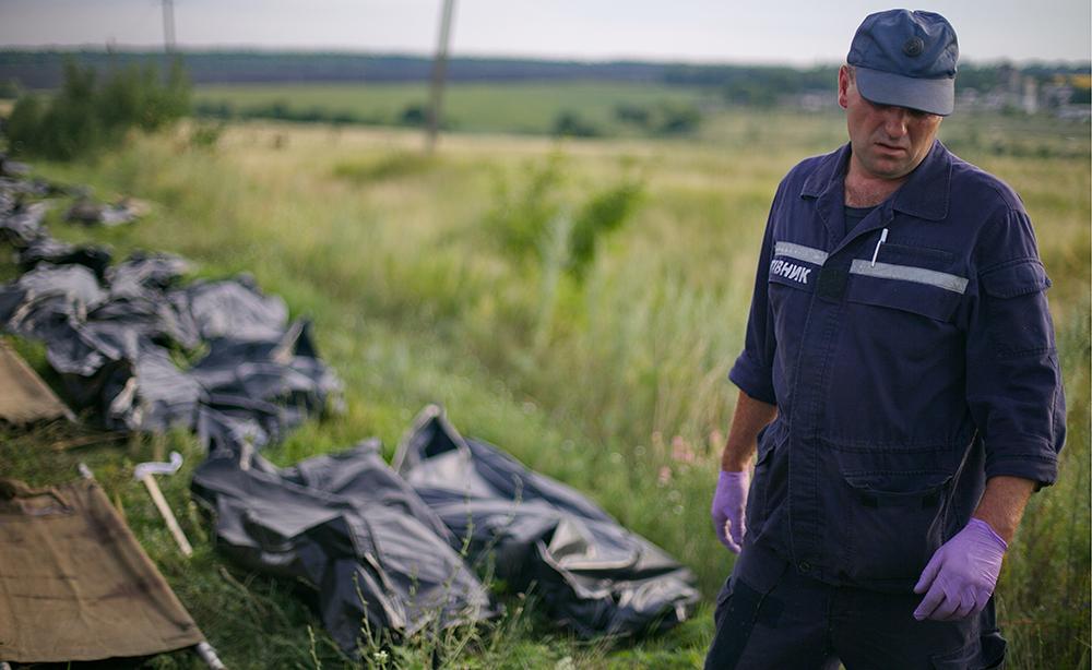"""Сотрудники ГСЧС собирают тела погибших на месте падения пассажирского самолета """"Малайзийских авиалиний"""" Boeing 777"""