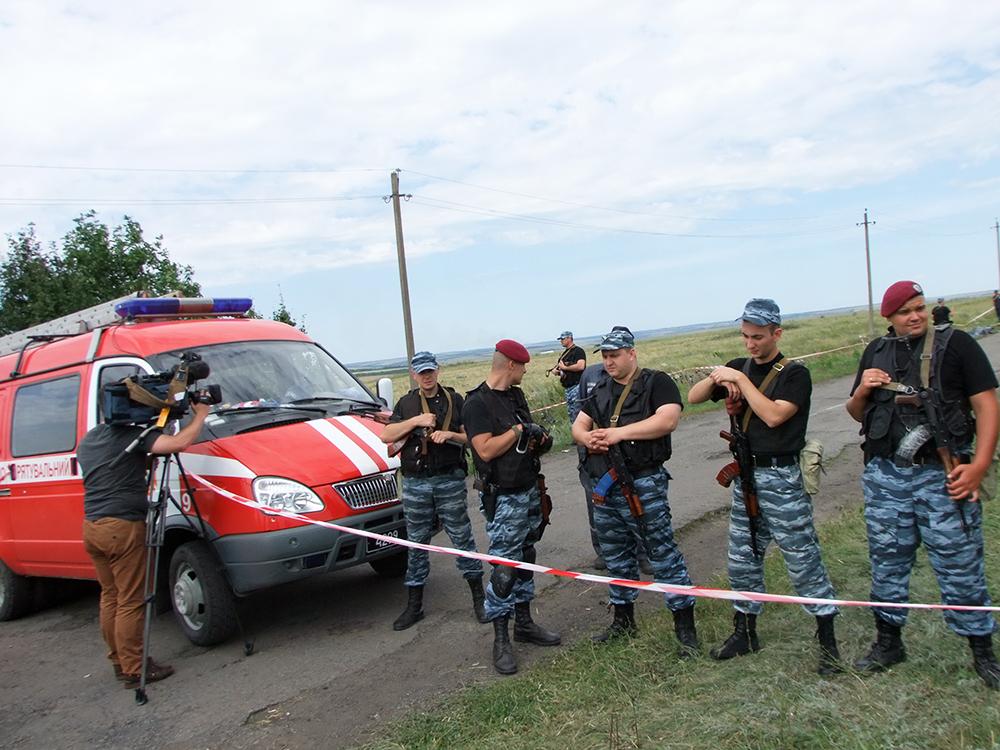 """Cотрудники украинских силовых структур на месте падения пассажирского самолета """"Малайзийских авиалиний"""" Boeing 777"""