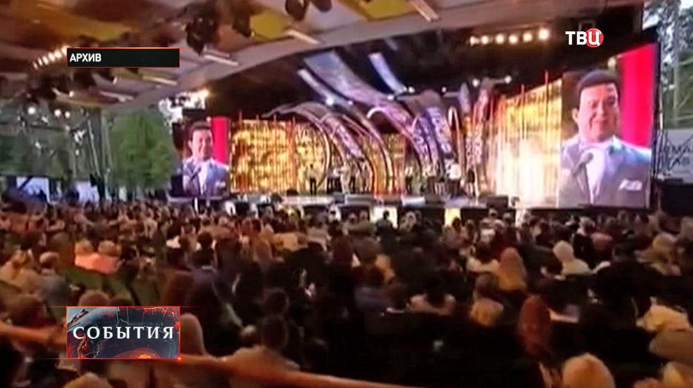 Певец Иосиф Кобзон выступает на сцене