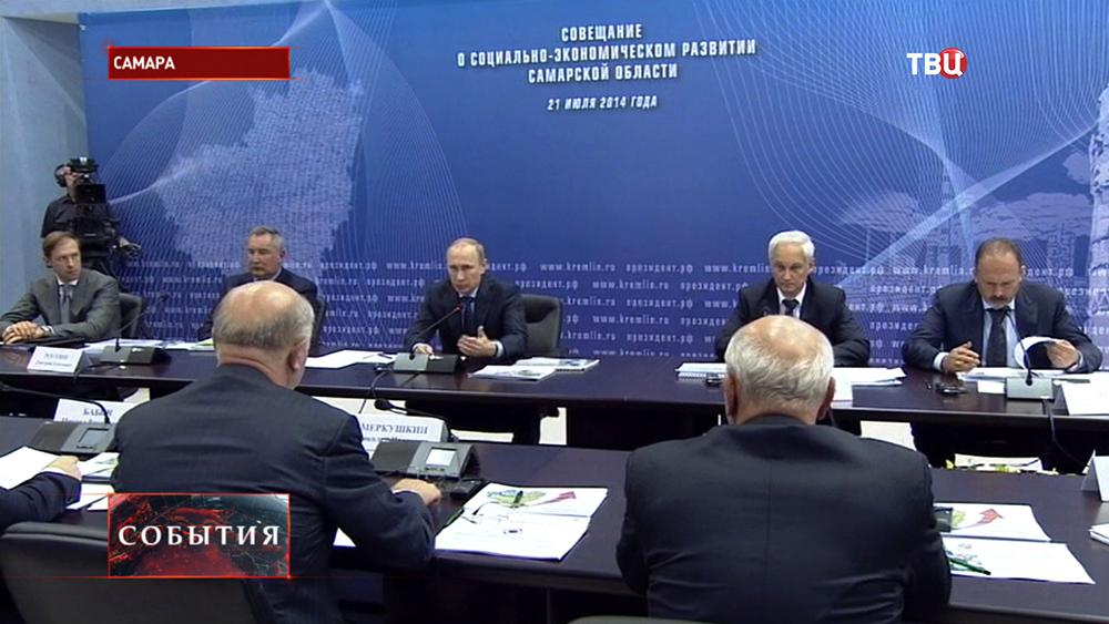 Президент России Владимир Путин во время совещания в Самарской области