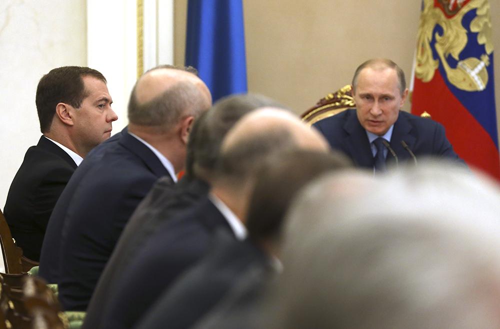 Премьер-министр РФ Дмитрий Медведев и президент РФ Владимир Путин во время заседания Совбеза РФ