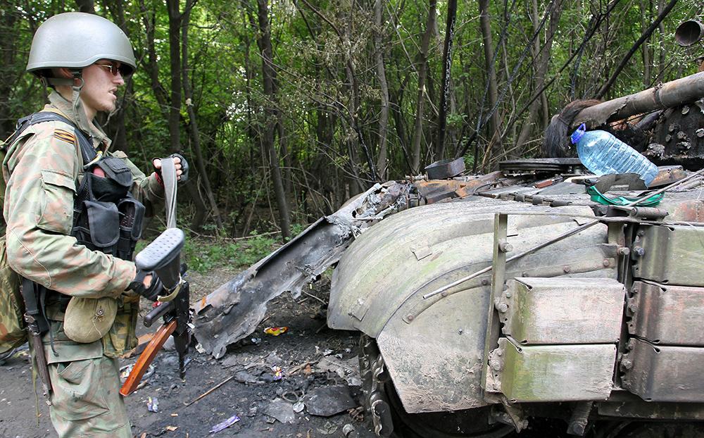 Бойцы самообороны возле подбитого танка Нацгвардии Украины