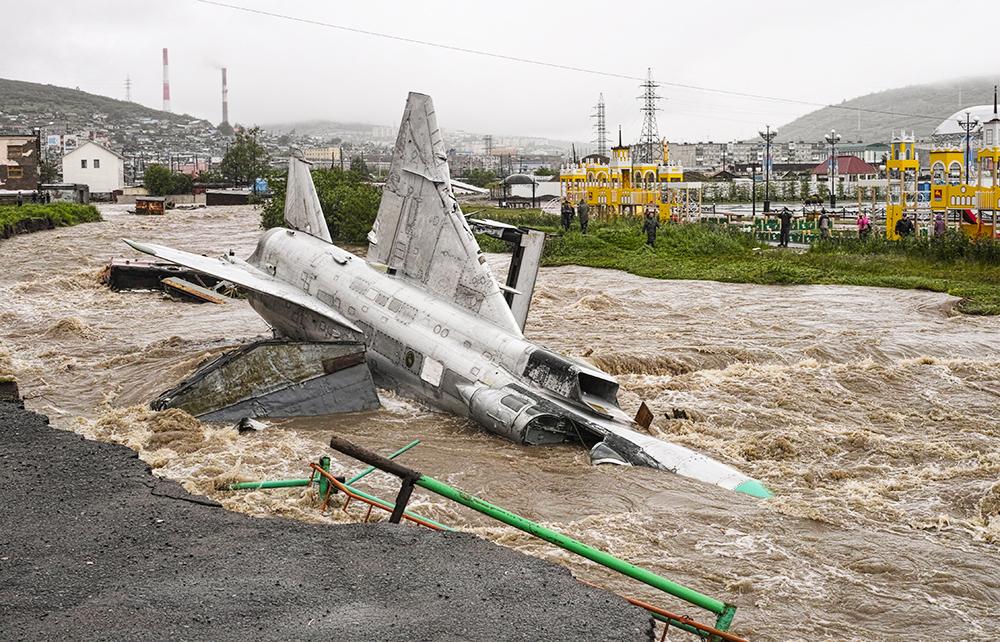 Самолет-памятник Су-24 смыт в реку после прошедших ливней в Магадане