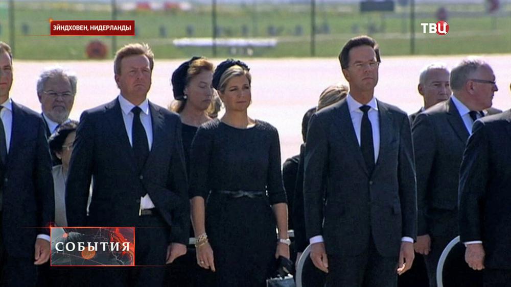 Короля Виллема-Александра, его супруги Максимы и премьер-министр Нидерландов Марк Рютт на траурной церемонии