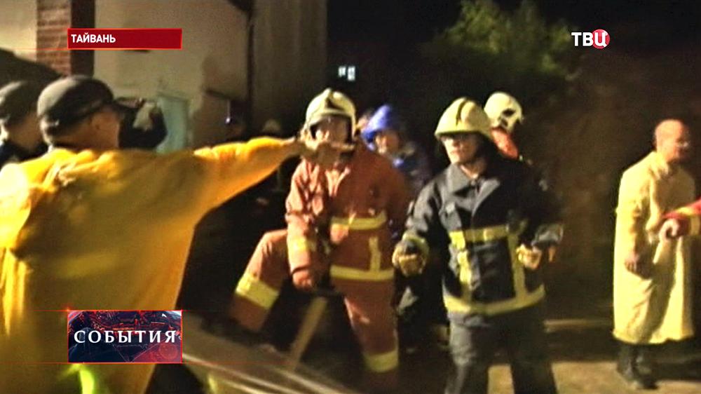 Спасательная операция на месте крушения пассажирского самолета на Тайване