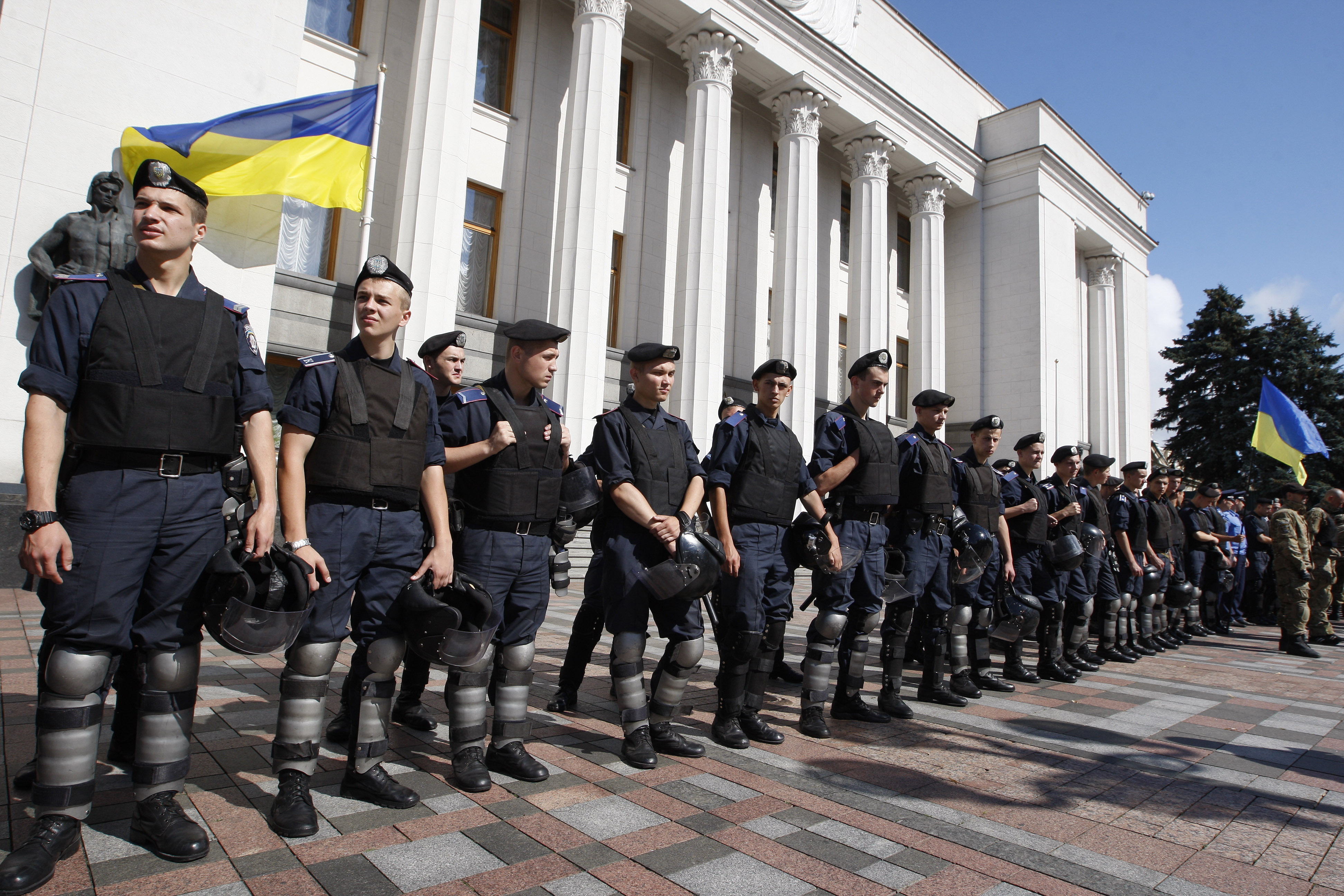 Украинские силовики у здания Верховной рады в Киеве