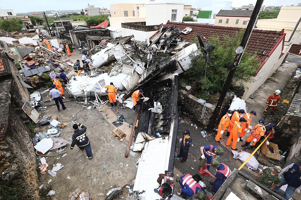 Последствия крушения пассажирского самолета на Тайване