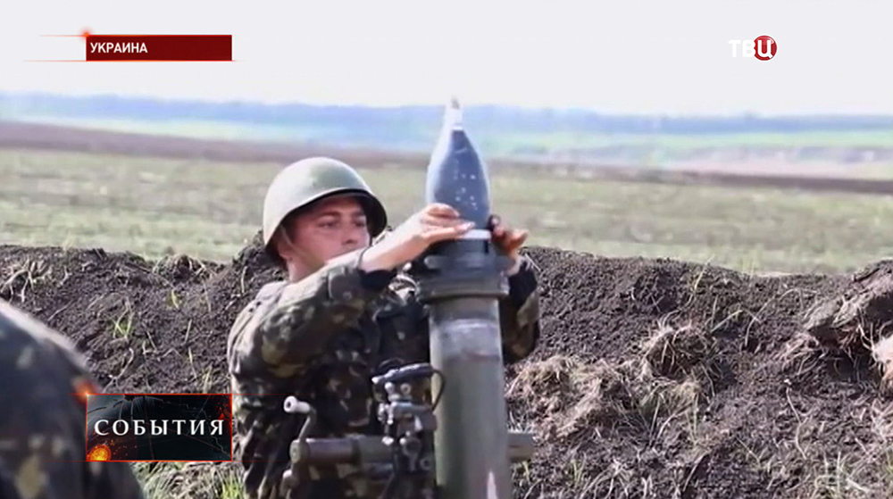 Украинские военные ведут минометный обстрел