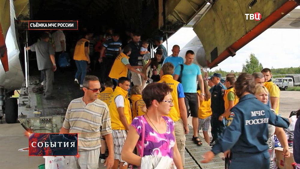 Беженцы с Украины прибыли в Россию бортом МЧС