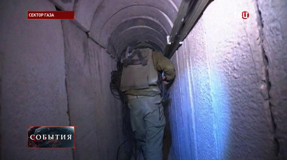 Солдаты израильской армии проверяют туннели боевиков в секторе Газа