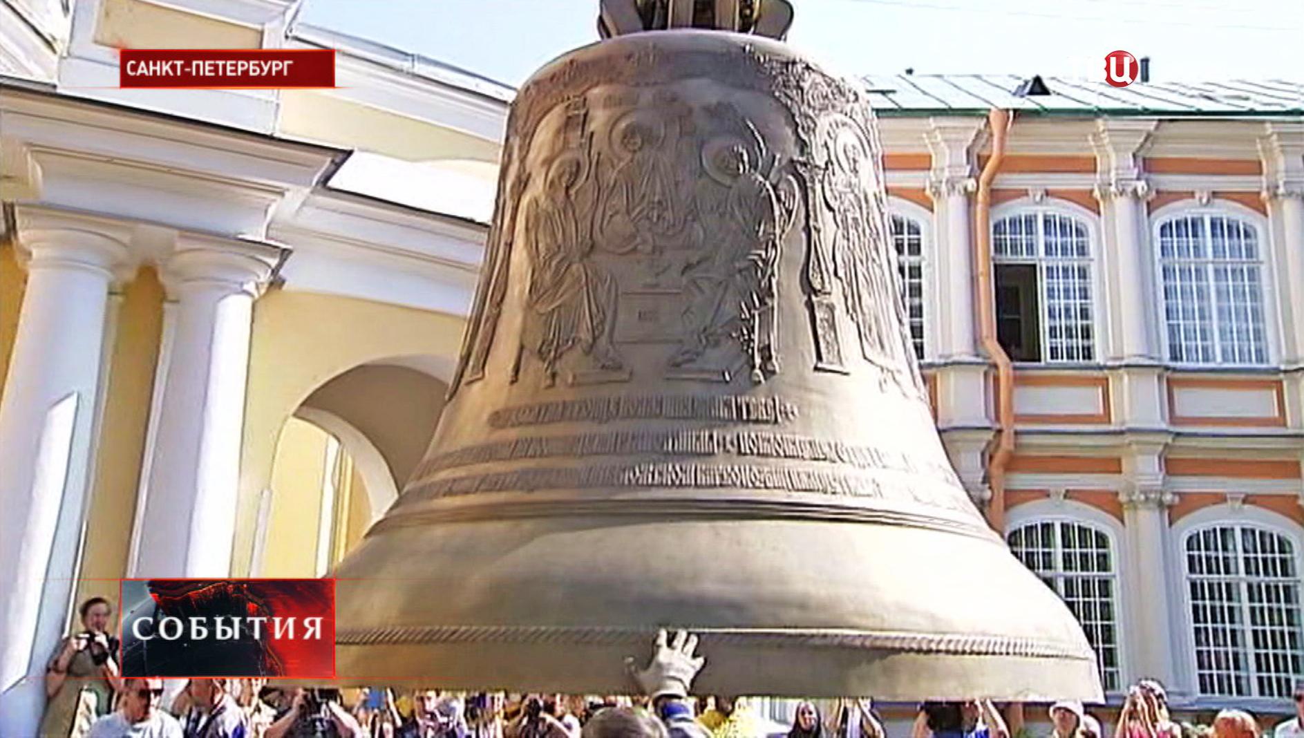 Самый большой колокол Свято-Троицкого собора доставили в Санкт-Петербург
