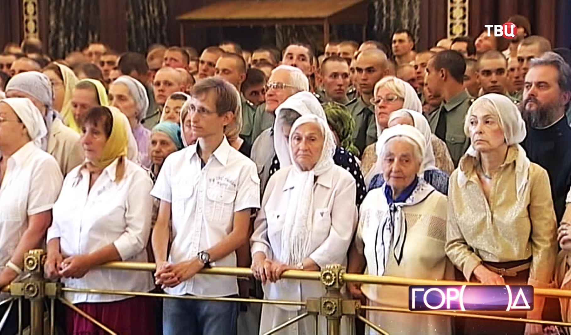 Прихожане во время литургии в храме Христа Спасителя