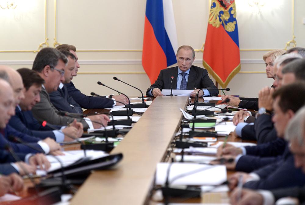 Президент РФ Владимир Путин во время совещания с членами правительства