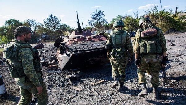 Народные ополченцы около сгоревшего БТР украинской армии