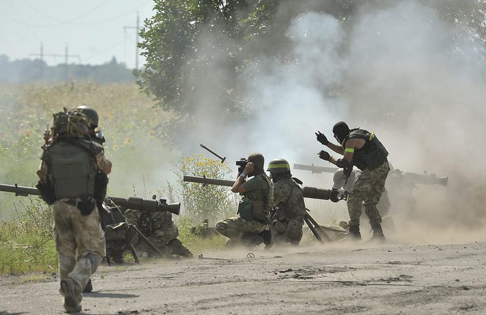 Солдаты украинской армии во время боевых действий против ополченцев