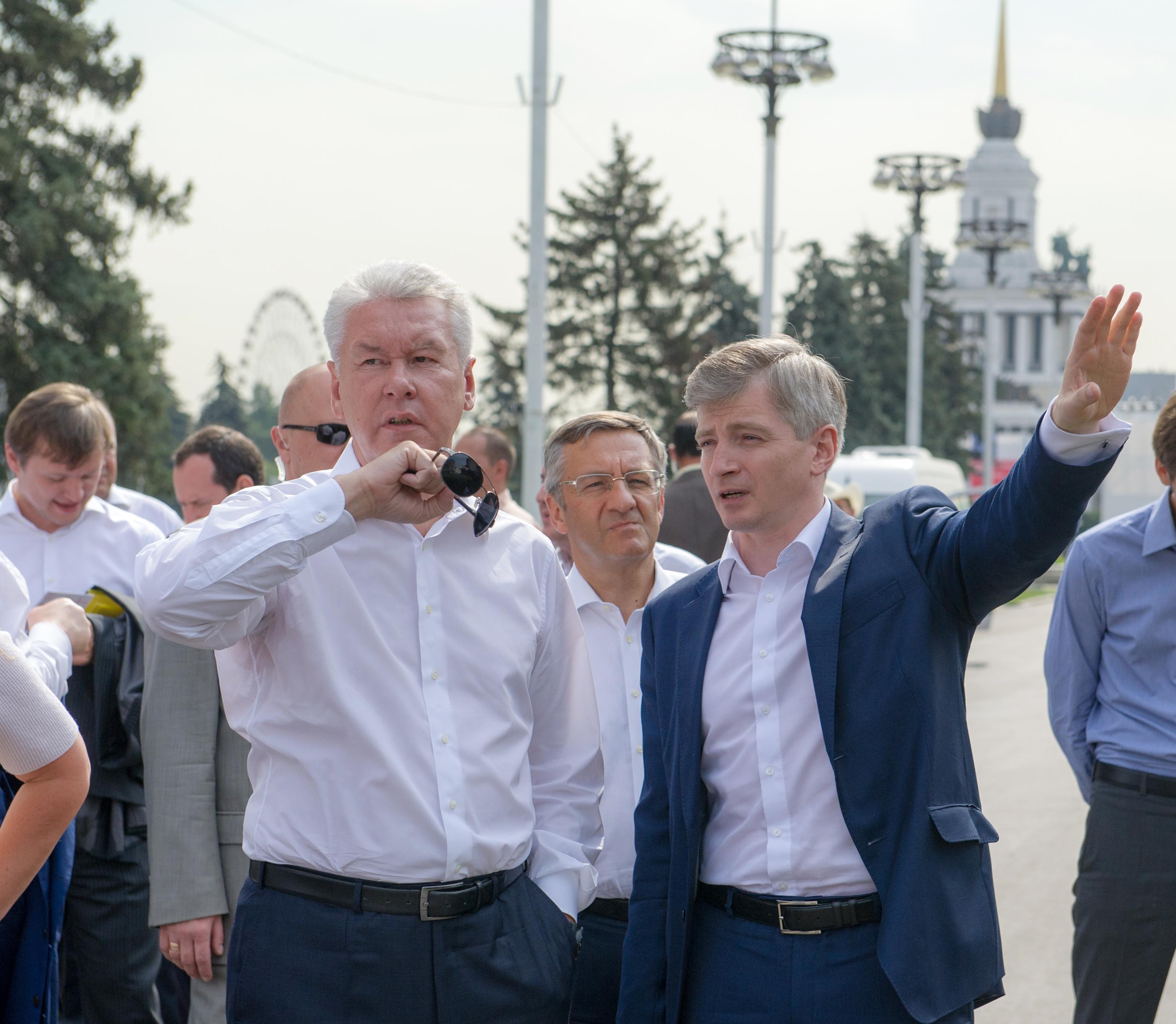 Сергей Собянин во время посещения ВДНХ