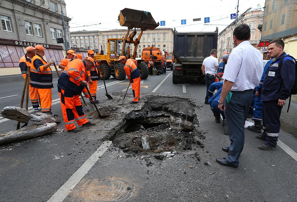 Восстановительные работы на месте провала грунта на Тверской улице