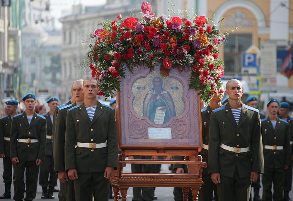 Военнослужащие перед крестным ходом у храма пророка Божия Илии в День ВДВ России