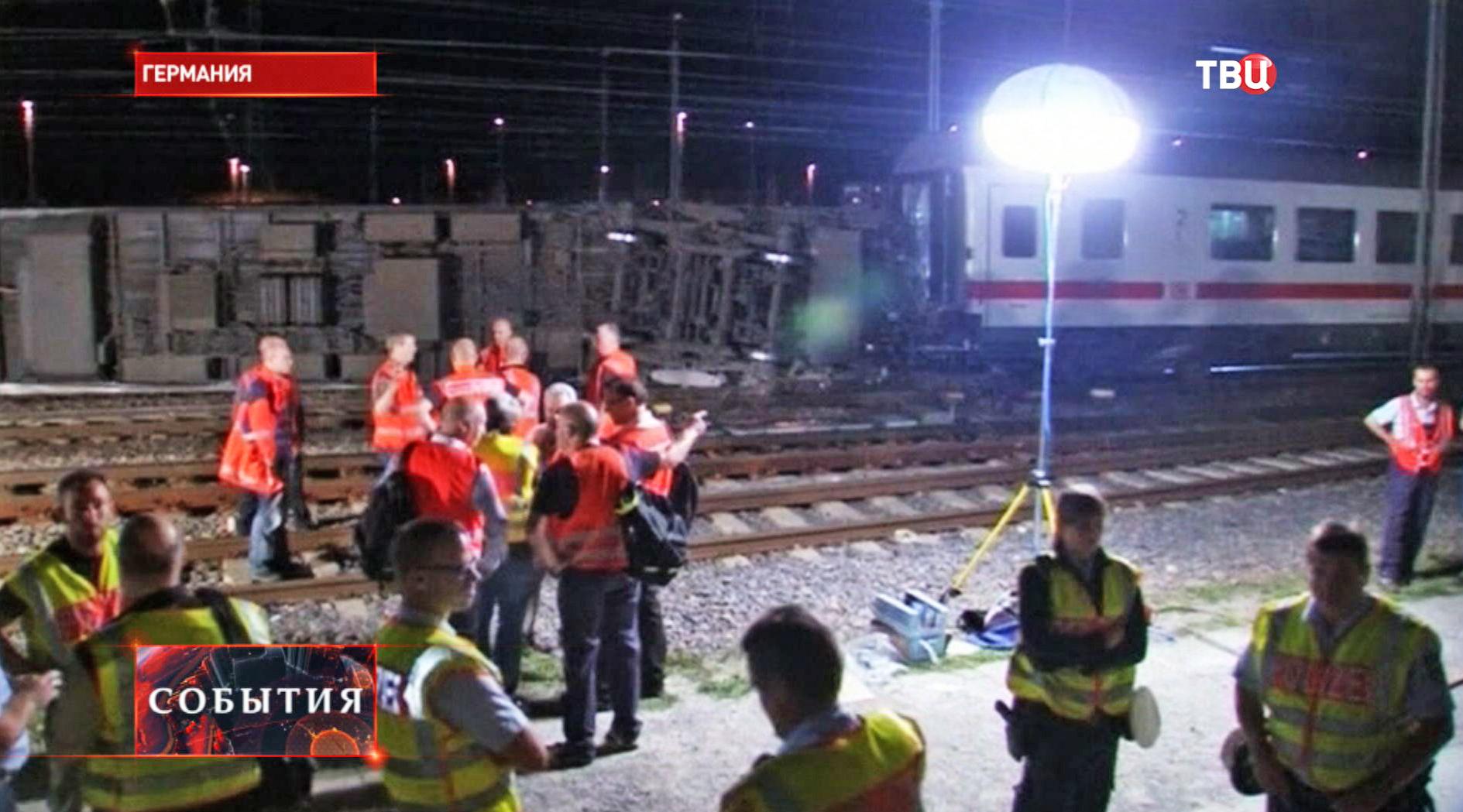 Спасатели на месте железнодорожной аварии
