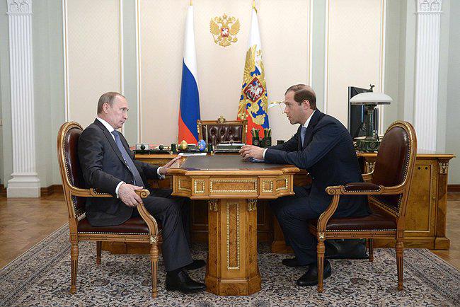 Президент России Владимир Путин и министр промышленности и торговли Денис Мантуров