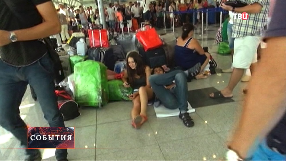 Пассажиры ждут рейс в аэропорту