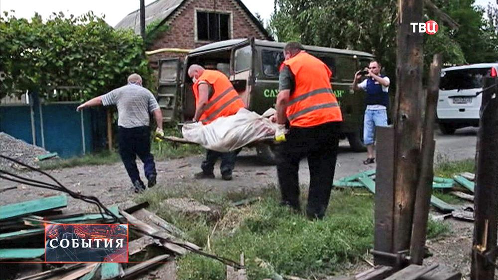 Эвакуация погибших при обстреле жилых кварталов Нацгвардией Украины
