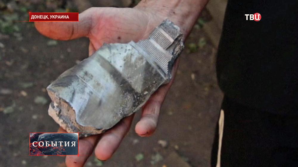 Жители Донецка собирают осколки бомб после обстрела