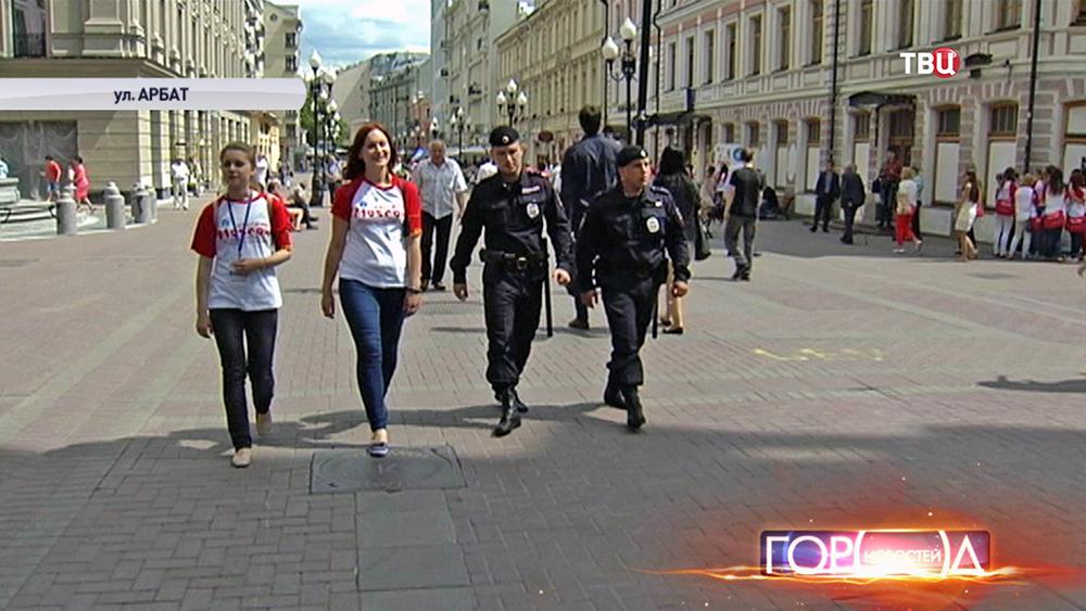 Студенты-волонтеры и полицейский патруль