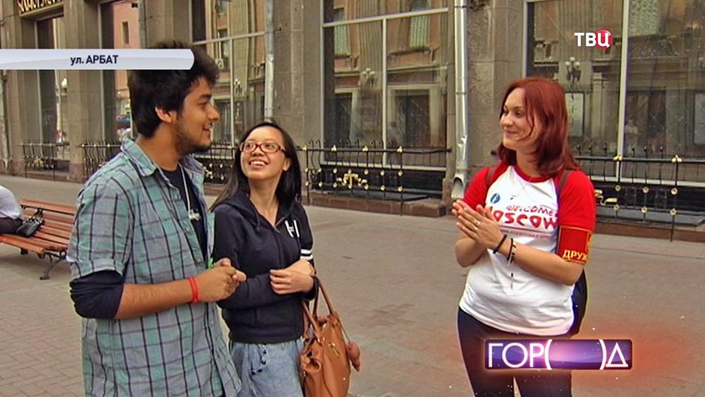Студенты-волонтеры общаются с туристами