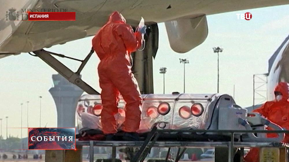 Испанские медики перевозят заразившегося лихорадкой Эбола