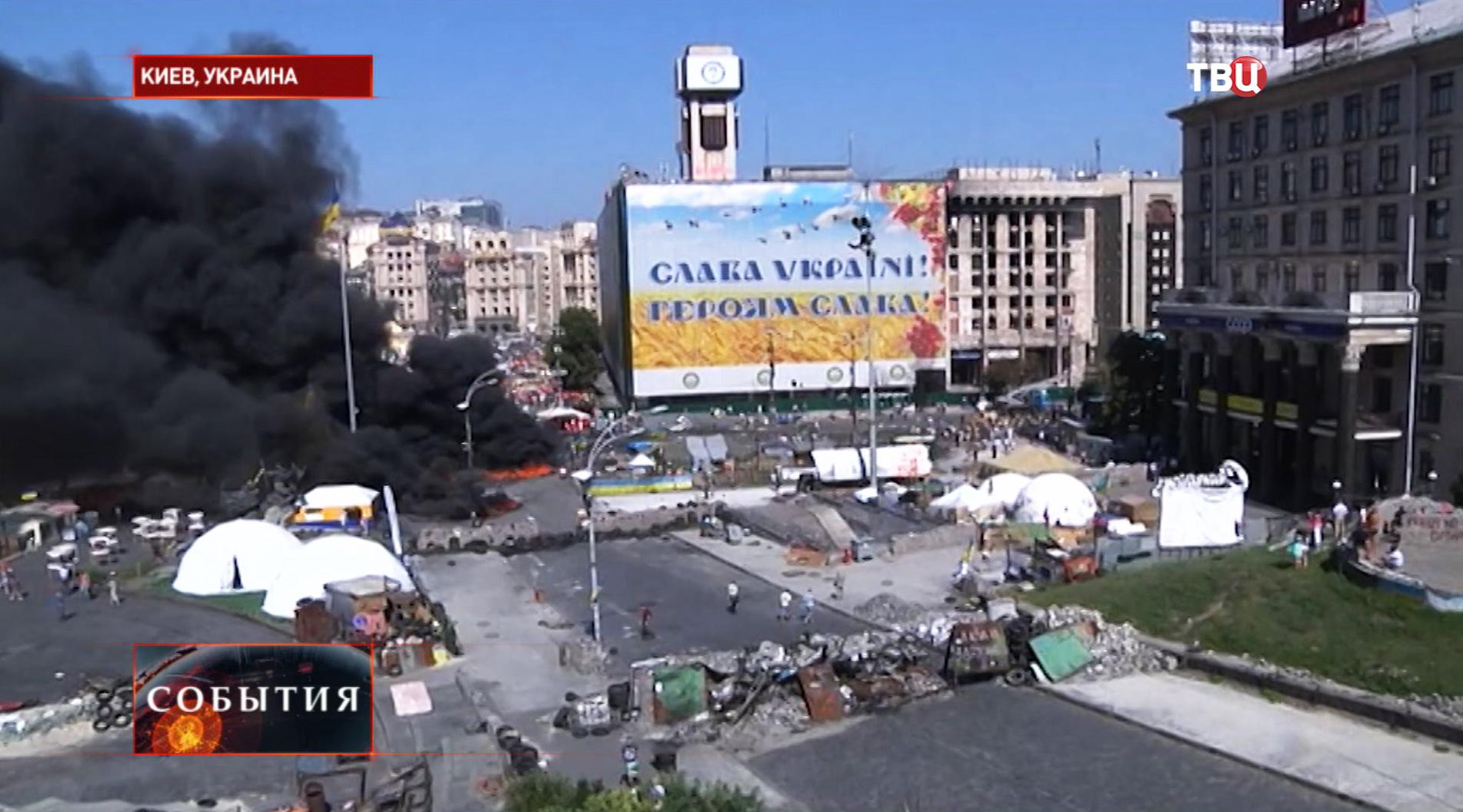 Дым от горящих покрышек на площади Независимости в Киеве