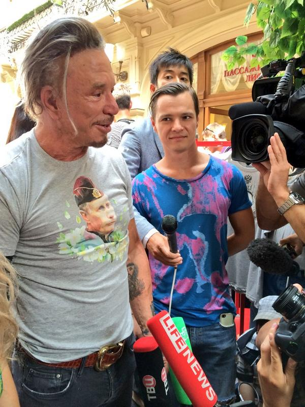 Микки Рурк в футболке с изображением Владимира Путина