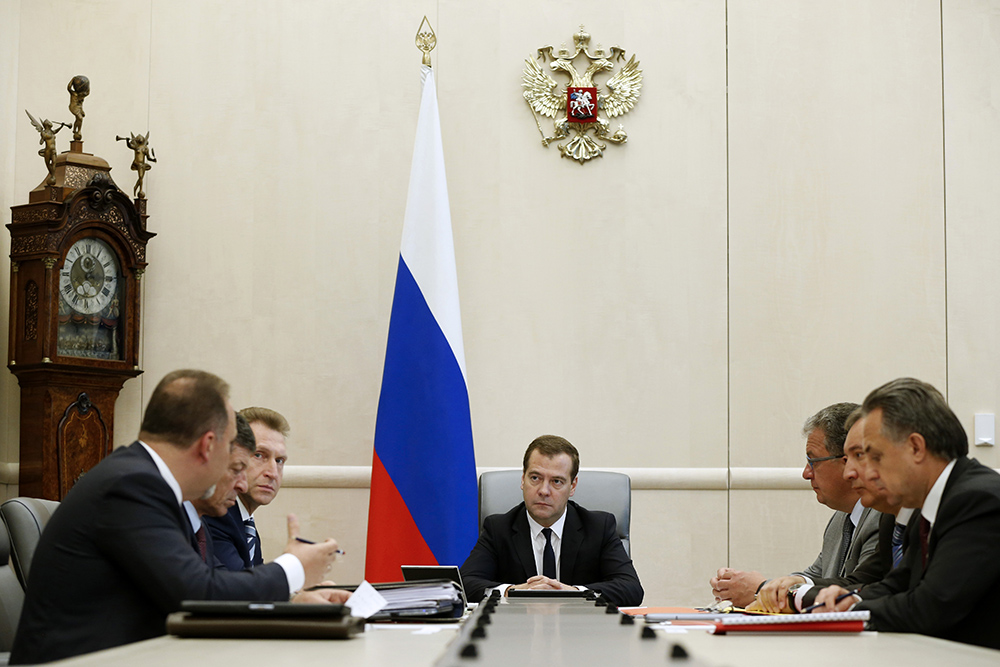 Премьер-министр России Дмитрий Медведев во время совещания с вице-премьерами РФ