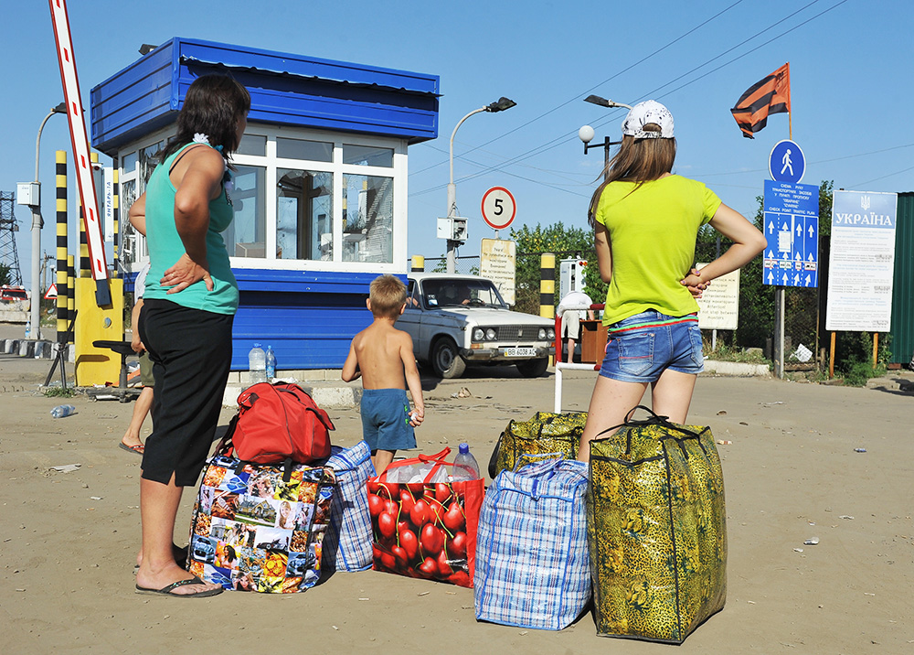 Беженцы с юго-востока Украины на территории пограничного пункта пропуска