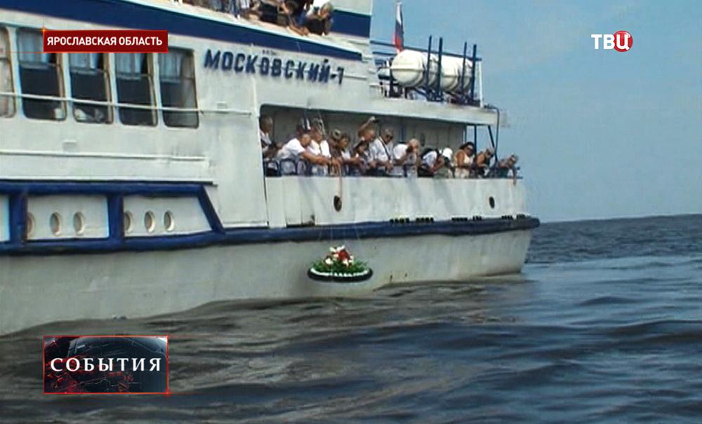 В память о затопленной Мологе люди опускают на воду траурный венок