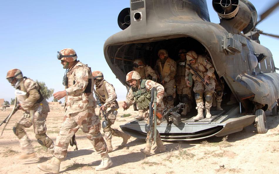 Американские военные высаживаются из вертолета