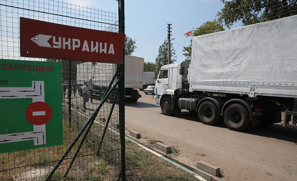 Колонна автомобилей с гуманитарной помощью у пункта таможенного досмотра