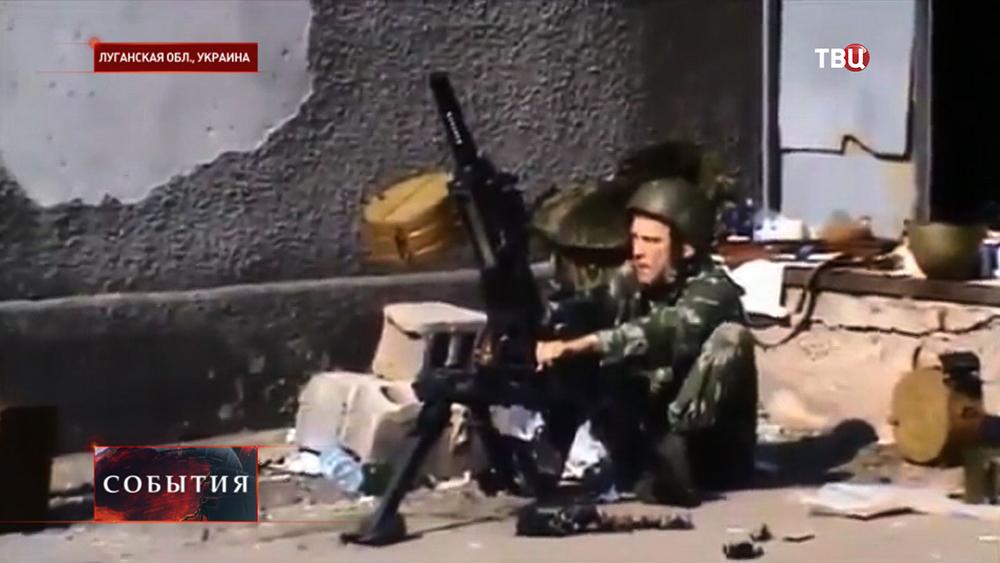 Народные ополченцы ЛНР ведут стрельбу